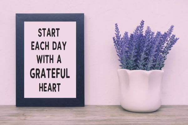 Manifest your dreams, poster with words: start each day with a grateful heart
